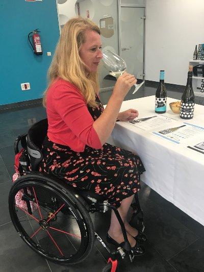 Een wijnproeverij kan gewoon in een rolstoel
