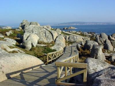 Wandelen op vlonderpad langs de kust