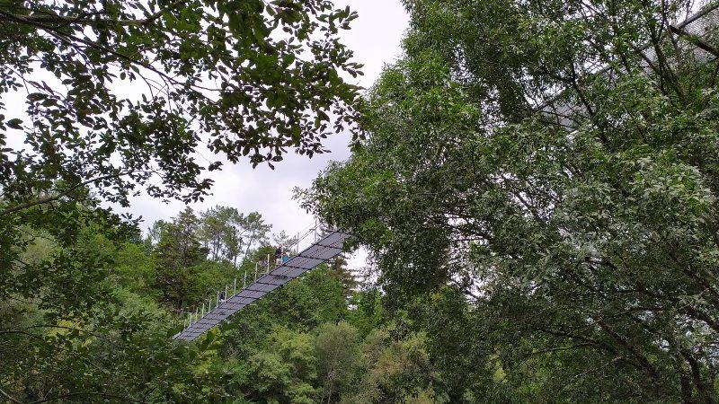 Doen in Galicië, hangbrug bij O Xirimbao
