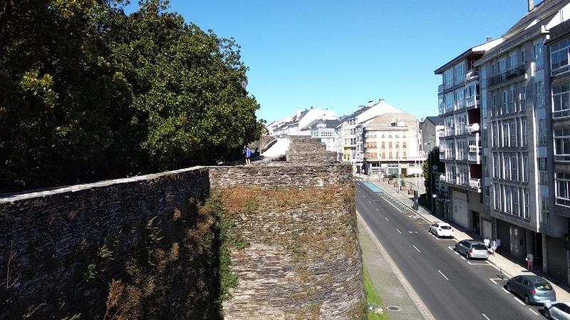 Loop over de historische stadsmuur van Lugo