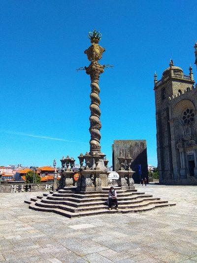 Het plein voor de Kathedraal in Porto, Portugal